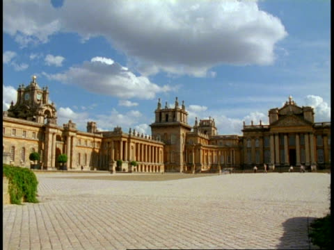 vídeos y material grabado en eventos de stock de blenheim palace, oxfordshire - wa courtyard in foreground - palacio de blenheim