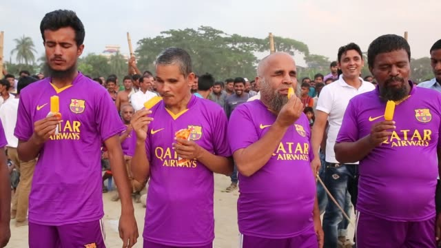 vidéos et rushes de blind beggars going to attend kabaddi play in dhaka bangladesh on october 21 2016 blind beggar in bangladesh arrange a kabaddi competition in dhaka... - aveugle