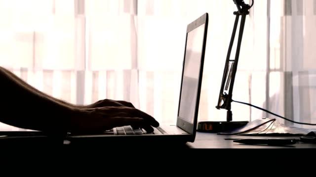 vídeos y material grabado en eventos de stock de tecleo en la computadora portátil a ciegas - pantalla de lámpara