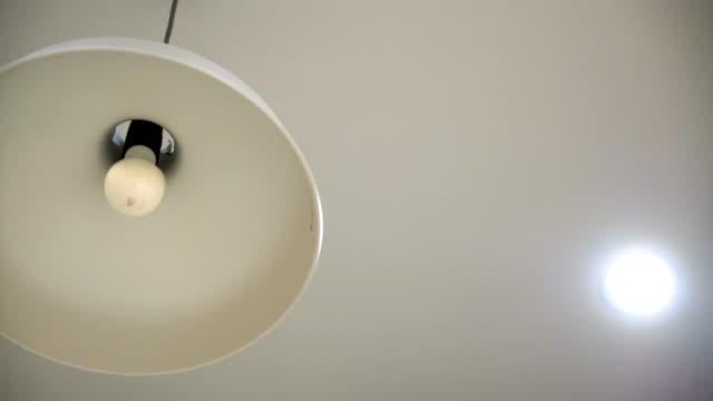 slo mo blinkende glühbirne-elektrisches problem - led leuchtmittel stock-videos und b-roll-filmmaterial