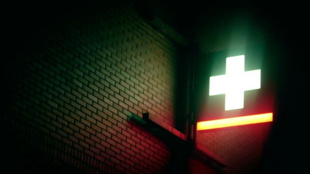 vídeos de stock e filmes b-roll de blinking neon cross, pharmacy, night - cruz equipamento religioso