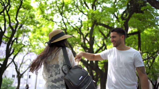 vidéos et rushes de moments heureux d'un couple en argentine - moyen oriental