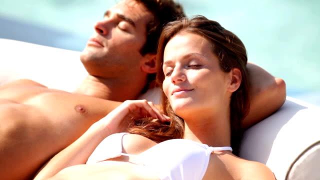 vídeos de stock e filmes b-roll de feliz relaxamento - apanhar sol