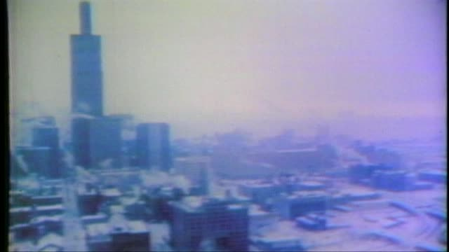 vidéos et rushes de 1979 blizzard in chicago aerials of chicago in 1979 blizzard on january 13 1979 in chicago illinois - 1979