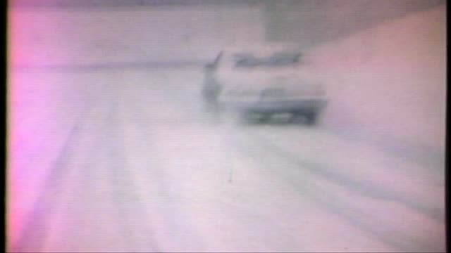 blizzard in chicago. cars driving in 1979 chicago blizzard on january 13, 1979 in chicago, illinois - anno 1979 video stock e b–roll