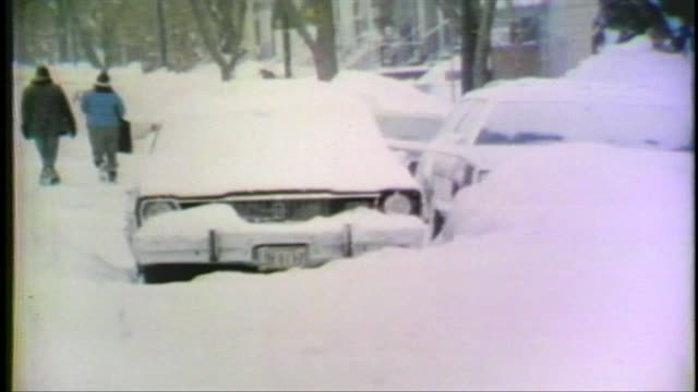 vidéos et rushes de 1979 blizzard in chicago cars stuck in the snow during chicago blizzar on january 13 1979 in chicago illinois - 1979