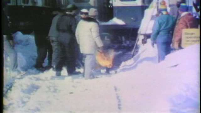 vidéos et rushes de 1979 blizzard in chicago workers heat train tracks during blizzard on january 13 1979 in chicago illinois - 1979