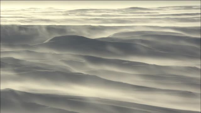 vidéos et rushes de blizzard sweeps across ice field in antarctic - neige fraîche