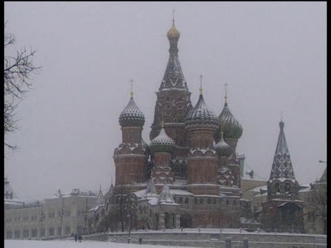 vídeos y material grabado en eventos de stock de blizzard swirls around domes of st basil's cathedral moscow - plaza roja