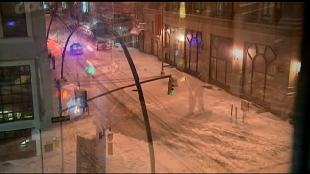 stockvideo's en b-roll-footage met blizzard with states of emergency declared in six states; usa: new york: ext police car along deserted snow-covered city road various shots workers... - itv