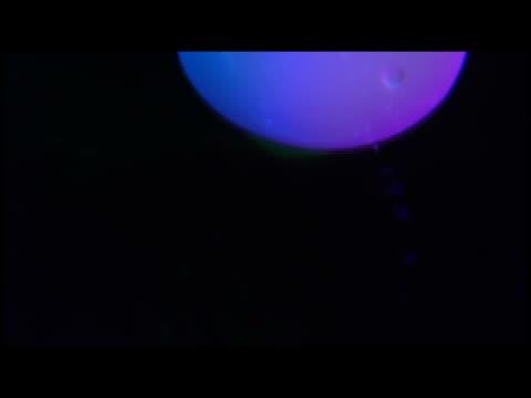 stockvideo's en b-roll-footage met ecu blobs floating in fluid within lava lamp - klodder vorm