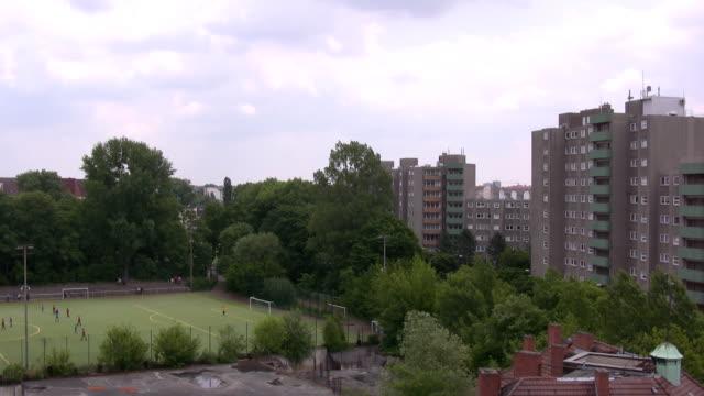 block von flats - balkon stock-videos und b-roll-filmmaterial