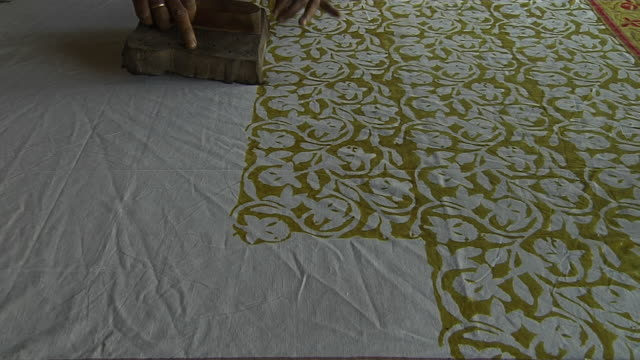 vidéos et rushes de block shot block printing jaipur rajasthan india - tissu