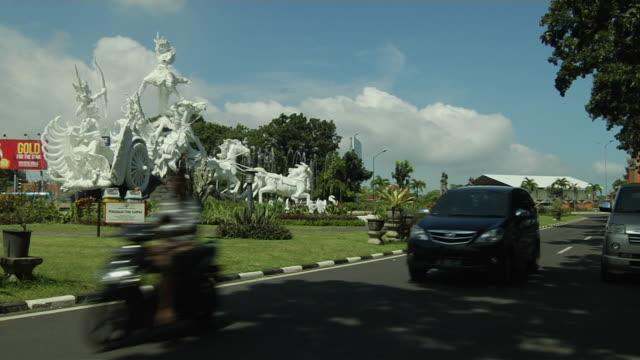 vidéos et rushes de block shot chariot statue bali indonesia - voiture hippomobile
