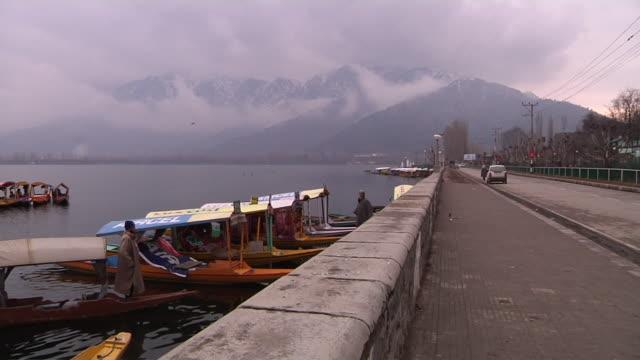 block shot dal lake srinagar jammu kashmir india - jammu e kashmir video stock e b–roll