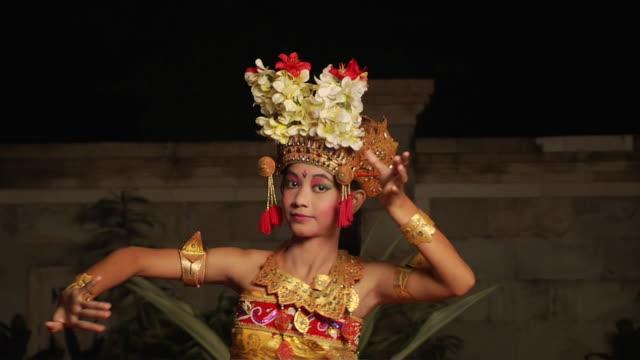 vídeos y material grabado en eventos de stock de block shot dancer bali indonesia - cultura indonesia