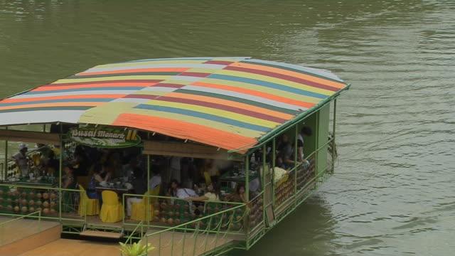 vídeos y material grabado en eventos de stock de block shot floating restaurant loboc river manila metro manila philippines  - restaurante flotante