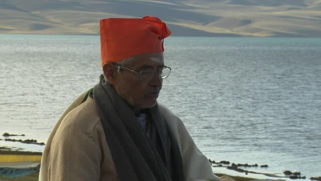 vídeos y material grabado en eventos de stock de block shot hindu pandit praying at mansarovar lake lhasa tibet china - un solo hombre maduro