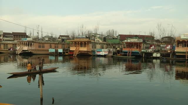 block shot house boat in dal lake srinagar jammu kashmir india - jammu e kashmir video stock e b–roll