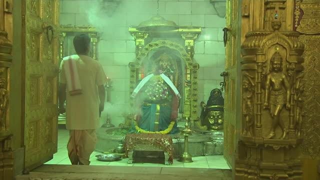 block shot priest performing aarti in somnath temple veraval gujarat - ヒンズー教点の映像素材/bロール