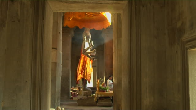 vídeos de stock e filmes b-roll de block shot side view buddha angkor wat siem reap cambodia - figura masculina