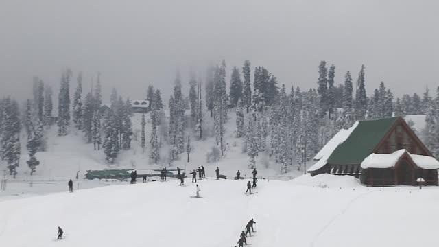 block shot snow covered houses gulmarg jammu kashmir india - ski stock videos & royalty-free footage