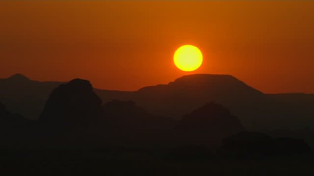 block shot sunset wadi rum aqaba governorate jordan - ヨルダン点の映像素材/bロール