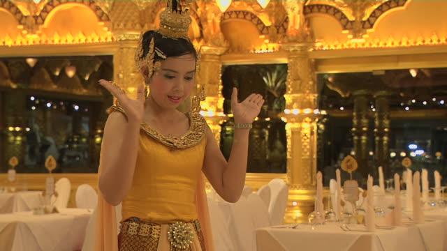 block shot woman greeting phuket fantasea thailand - プーケット県点の映像素材/bロール