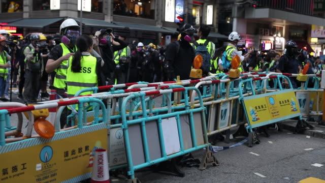 vídeos de stock, filmes e b-roll de blocked street during hong kong protests at causeway bay hong kong china on sunday aug 11 2019 - ilha de hong kong
