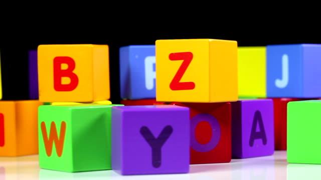 vídeos de stock, filmes e b-roll de abc quadras - símbolo