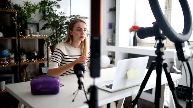 vídeos de stock, filmes e b-roll de blogger com câmera, gravação de vídeo e a falar em casa - vlogging - geração z