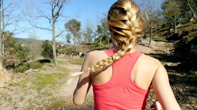 blondes sportler mit geflochtenen haaren joggen in natur - braided hair stock-videos und b-roll-filmmaterial