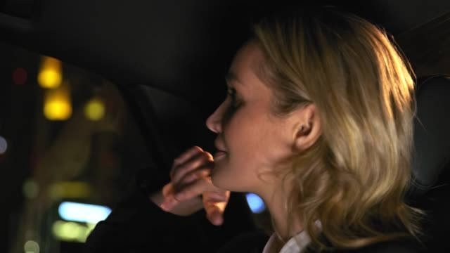 Blond Geschäftsfrau Bord Auto in der Nacht