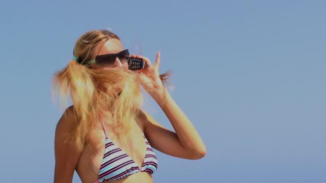 blondes mädchen am telefon - haarzopf stock-videos und b-roll-filmmaterial