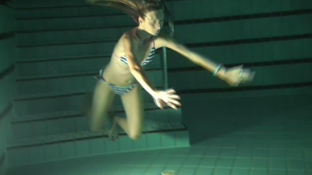 blondes mädchen schwimmen unter wasser - bikini stock-videos und b-roll-filmmaterial