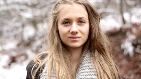 vídeos y material grabado en eventos de stock de rubia adolescente chica posando y mirando a la cámara - staring