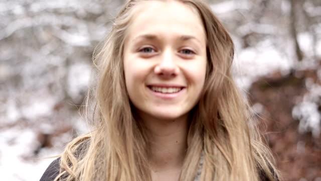 vídeos y material grabado en eventos de stock de rubia adolescente chica posando y mirando a la cámara - mirar fijamente