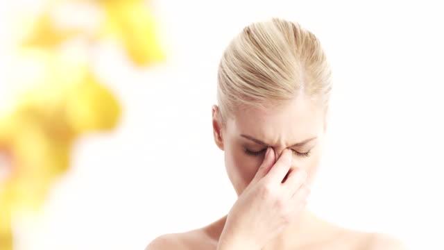 金髪女性、洞の痛み - 鼻腔点の映像素材/bロール