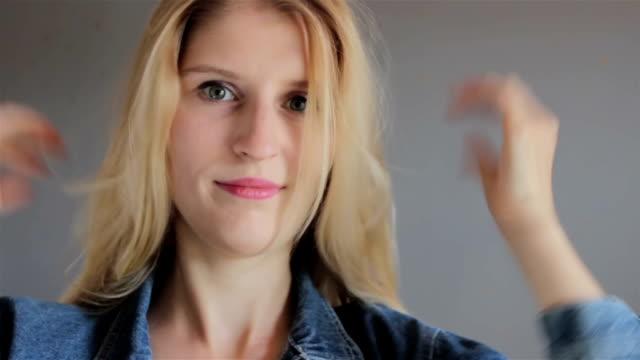 blond ung flicka sätta på jeansjacka - tonad bild bildbanksvideor och videomaterial från bakom kulisserna