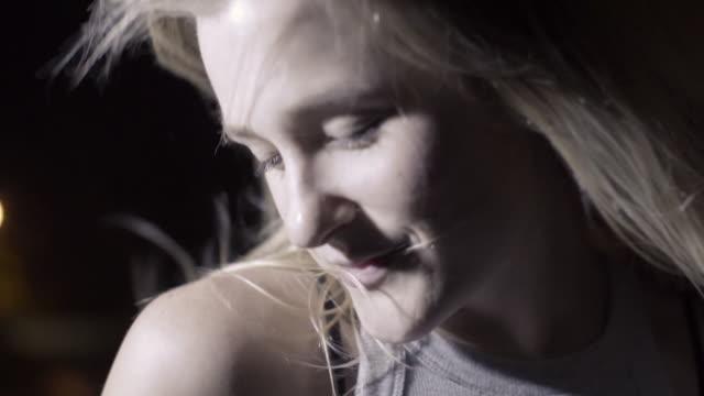vídeos y material grabado en eventos de stock de blonde caucasian woman dancing in slow motion at night - ojos cerrados
