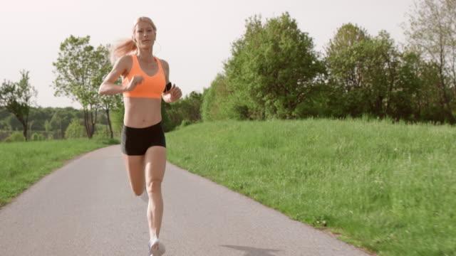 vidéos et rushes de slo missouri ts blonde femme jogging dans le parc - 40 44 ans