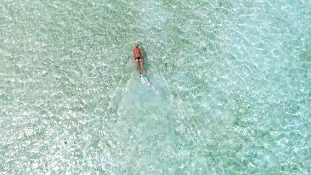 Blond meisje duiken op vakantie, Malediven