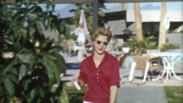 stockvideo's en b-roll-footage met blonde in palm springs 1950's - archival
