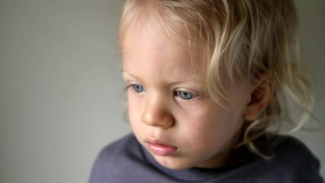 vídeos de stock e filmes b-roll de loira criança - só um bebé menino