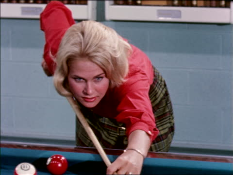 vídeos y material grabado en eventos de stock de 1963 blonde teen girl shooting pool + smiling / industrial - sólo una adolescente