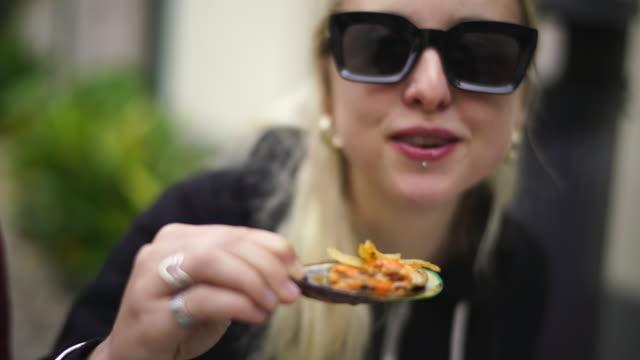 緑色にしてムール貝を食べるブロンドの女性 - 逸楽点の映像素材/bロール