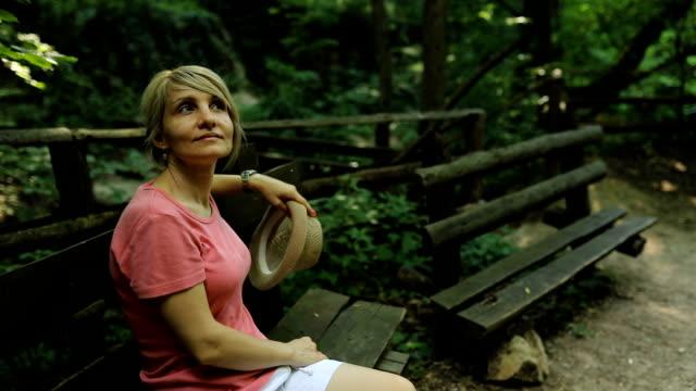 自然の中で自由な一日を楽しむブロンドの女性。 - 手に持つ点の映像素材/bロール