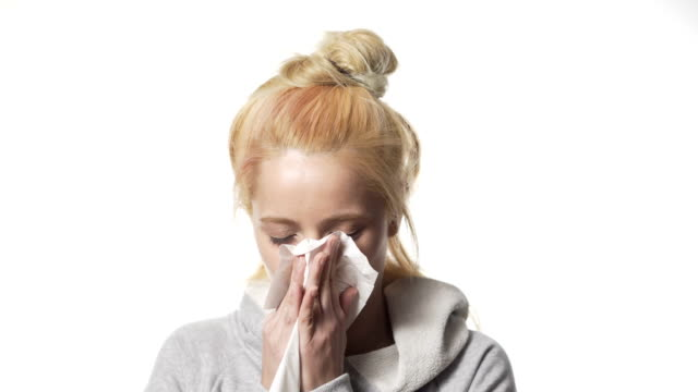 vídeos y material grabado en eventos de stock de mujer rubia consigue frío - estornudar
