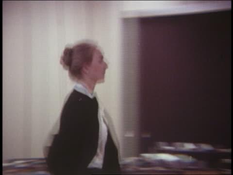 vídeos de stock, filmes e b-roll de 1970 blonde woman in office running - secretária