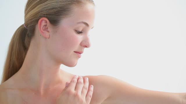 vidéos et rushes de blonde woman massaging her arm - bras humain